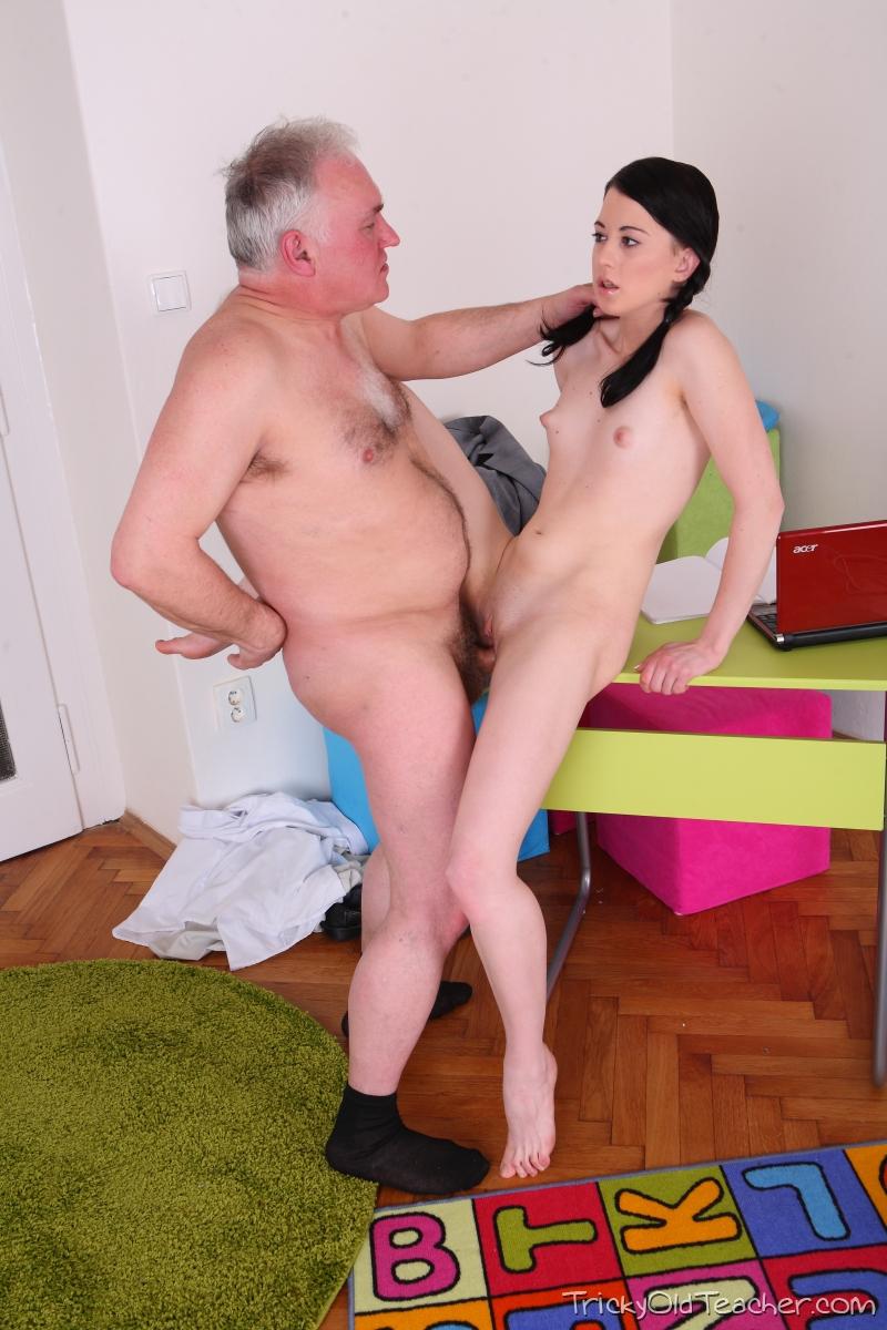 Внучка прыгает на старого деда порно