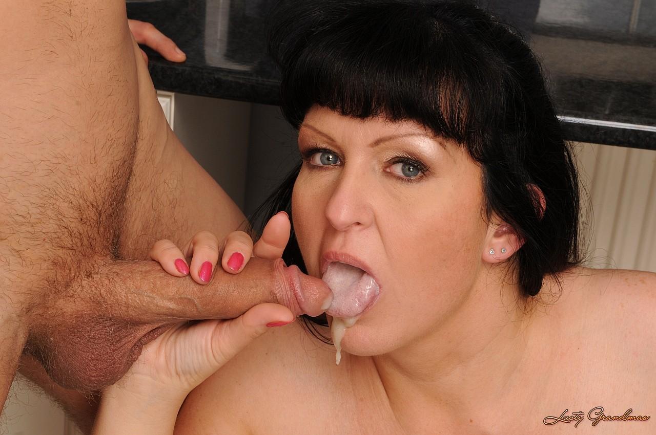 Сынок кончает мамочке в рот