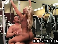 horny-muscle-babe-invites-her-fitness-instructor-to-fuck