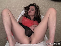 milf-honey-tirrza-fingering-her-snatch