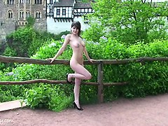 sweet-amateur-babe-jeamie-shows-her-naked-body-in-public