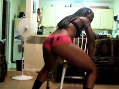 black-girl-showing-her-body-and-moves