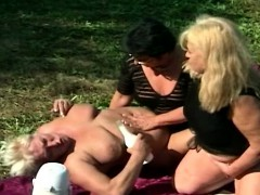 fat-old-grannies-outdoor-lezz-3some