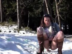 hot-ass-jogging-girl-taking-a-piss-outdoor