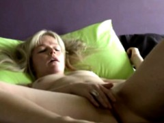 danish-blondie-laura-shows-intimate-home-solo