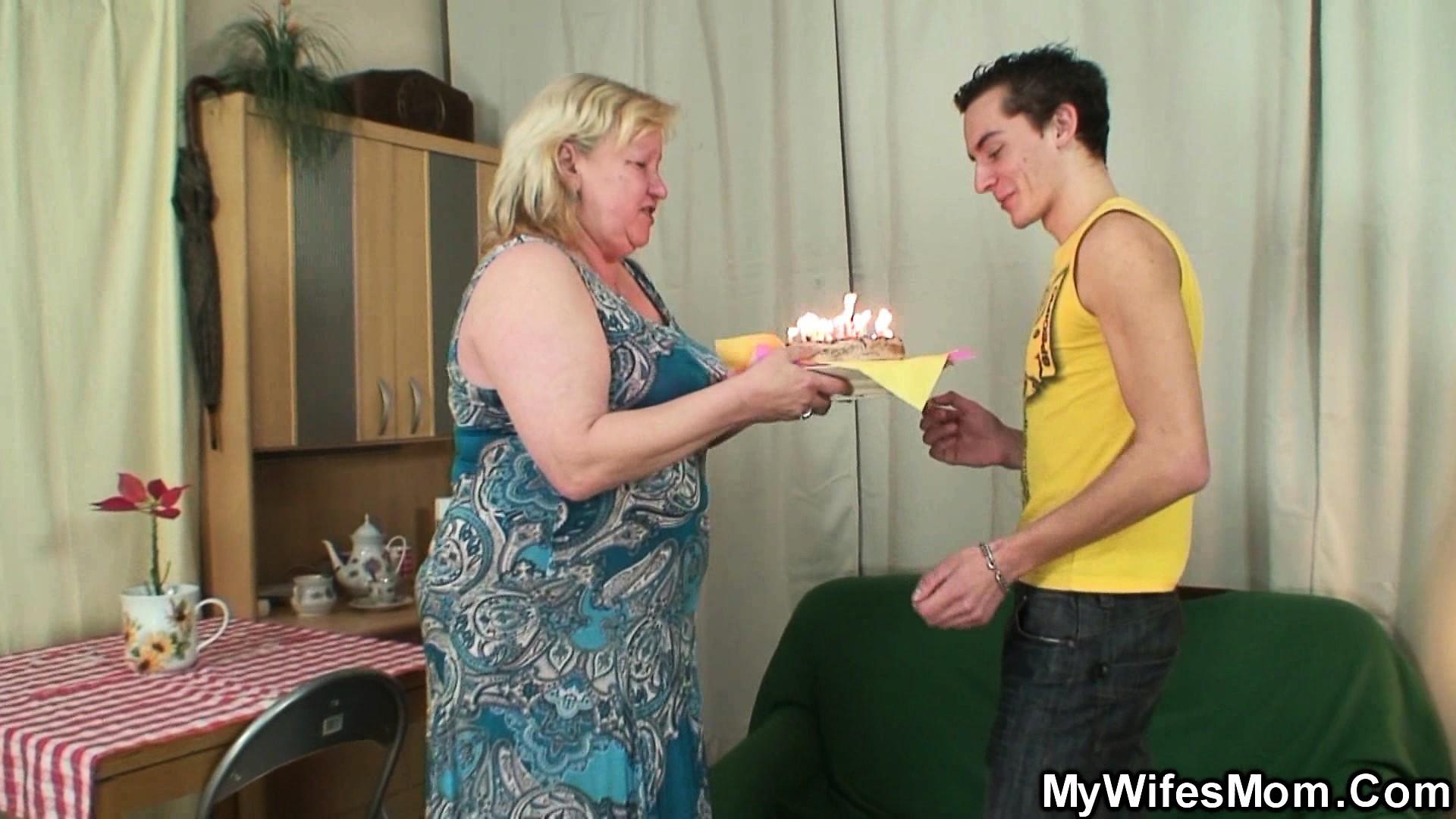 Подарила тортик и минет внуку на день рождение.