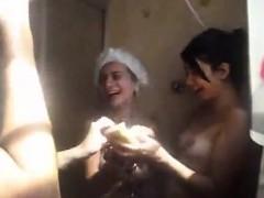 amigas brincando no chuveiro