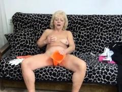 wrinkly-gilf-pleasures-her-muff