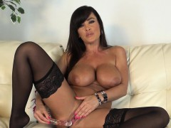 stacked-brunette-cougar-lisa-ann-pleases-her-peach-with-a-glass-dildo
