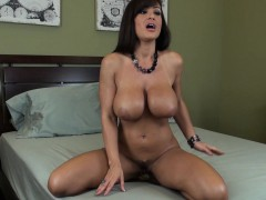 bodacious-mom-lisa-ann-enjoys-the-sweet-taste-of-her-peach-on-a-dildo