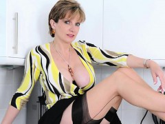 adulterous-uk-mature-gill-ellis-shows-her-heavy-titties