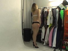 natural-teen-shows-her-body-in-backstage
