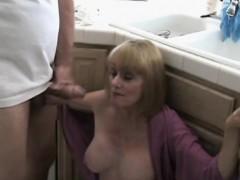 Симпатичная блондинка на кухне