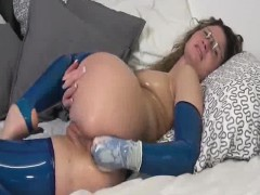 oiled-up-latex-milf-fists-her-ass-on-cam
