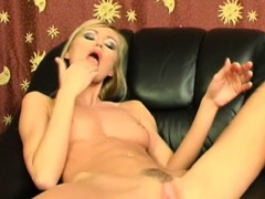 amanda shoves her fingers to her cunt