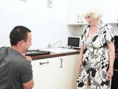 La nonna arrpata ed il giovane idraulico