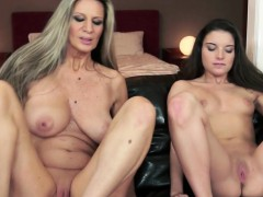 Lesbian Cougar Pussylicked By Lovely Teen