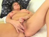 Old mom fingers her pussy