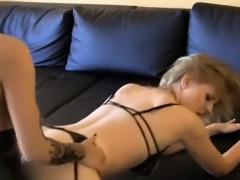geile-schwarzhaarige-fickt-blondine-mit-strapon