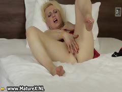 horny-blond-mature-housewife-spreading-part1