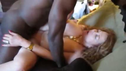 Нигер ебёт зрелую даму