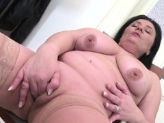 chubby brunette mature toying her cunt