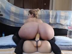 cute-babe-fucks-her-pussy-on-webcam