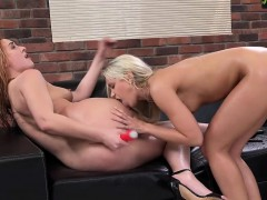 Lesbian Pumps Friends Anal So She Squirts It