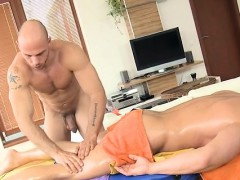 male-masseur-is-delighting-a-bulky-homosexual-bear