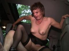 milf-taxifahrerin-erwartet-ihren-kunden-in-strapsen-zum-fick