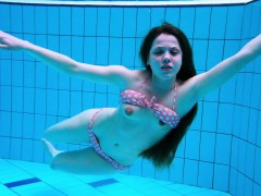 sexy-girl-shows-magnificent-young-body-underwater