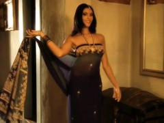 indian-cougar-flashes-her-body