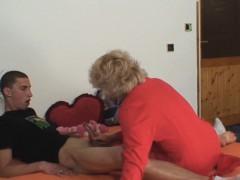 Deze dochter betrapt haar moeder terwijl ze haar vader neukt en wil gelijk mee doen