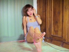 amateur-ladyboy-arching-feet-and-teasing-toes