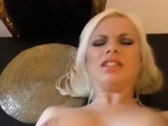 Kurvige Blondine Im Wohnzimmer Genagelt