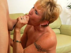 sex-starved-mama-provides-her-starving-muff-for-hardcore