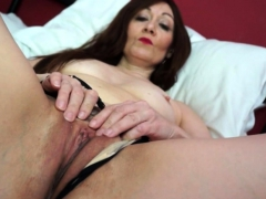 british-hot-housewife-fingering-herself