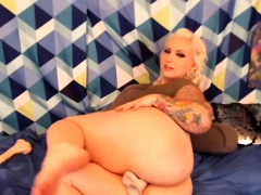 Chunky Blonde Chick Has a Fantastic Ass