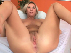 solo hottie stretches her tiny muffin