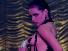 Bruna Linzmeyer dancando em strip pelada em Gabriela Globo