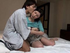 japanese-hotel-massage-mature-busty-masseuse-gives-handjob